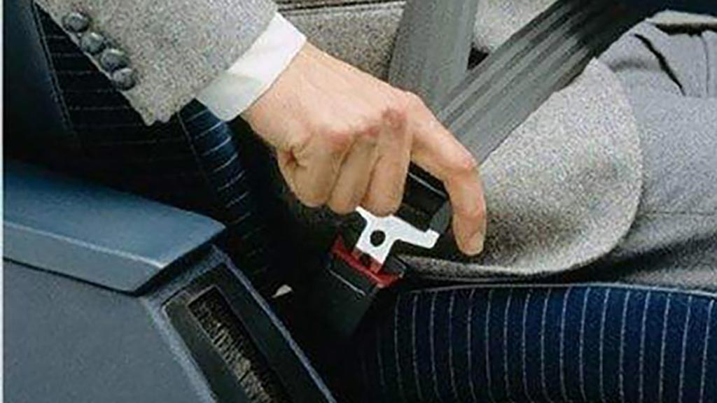 汽车安全带怎么系