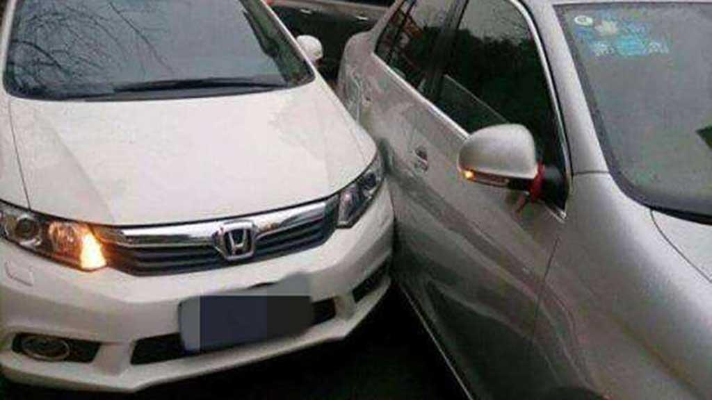 开车门蹭掉了别车的漆