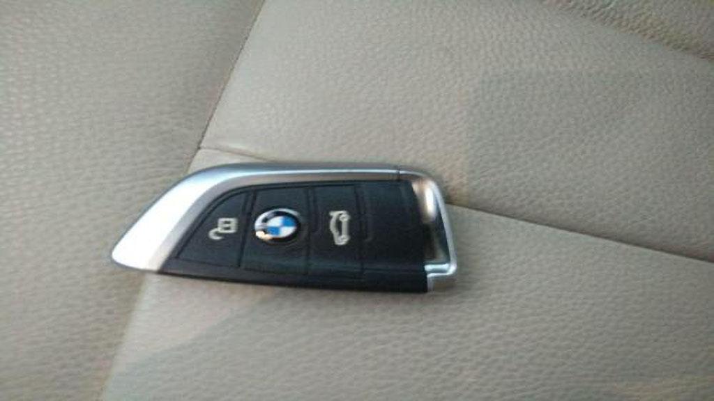 宝马x5车钥匙怎么换电池
