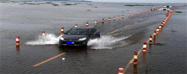 汽车在水里开有影响吗
